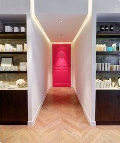 """Peindre la porte ou le mur au fond du couloir pour """"casser"""" la sensation de longueur"""