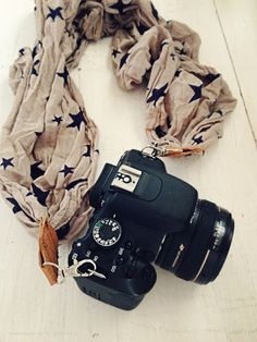 Love this DIY Camera strap. Great gift for my photographer friends :)