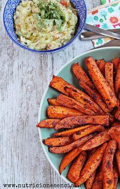 Estos bastones de boniato son una alternativa perfecta a las patatas fritas. Cocinarlos al horno hace que sean menos calóricos.