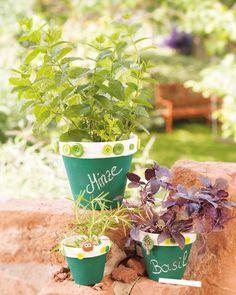 """Kräutertöpfe mit Tafelmalfarbe (Idee mit Anleitung – Klick auf """"Besuchen""""!) - Eine leckere und auch hübsche Balkondeko ist ein kleiner Kräutergarten in dekorativen, selbstbemalten Tontöpfen. Und so ein Kräutertopf ist auch immer ein tolles Geschenk."""