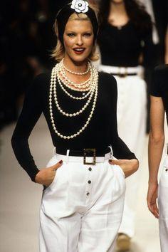 Chanel Spring 1995 Ready-to-Wear Fashion Show Collection: See the complete Chanel Spring 1995 Ready-to-Wear collection. Look 166 Coco Chanel Fashion, 90s Fashion, Couture Fashion, Runway Fashion, Boho Fashion, Fashion Brands, Vintage Fashion, Fashion Outfits, Womens Fashion