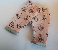 Pantalon réversible bébé taille 0-3 mois - thème licorne rose et gris clair.  28,00 euros  A retrouver sur ma boutique : https://lesbobinettes83.patternbyetsy.com