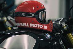 Depuis plus d'un mois je roule le casque Bell Moto 3 dernière génération, mon choix s'est porté sur le rouge pour rouler en toute discrétion. Il reprend le style du mythique casque de motocross des années 70 mais aux normes actuelles et avec la technologie moderne. La coque est en fibres composites, le casque est léger, le mien en taille S avec la casquette pèse 1250 gr. Il est équipé d'une...