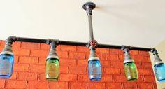 Diese hängenden bar Kronleuchter Funktionen blaue und grüne Maurer Gläser wie die Birne deckt. Das Stück wird in Handarbeit mit schwarzes Rohr und Maurer klare Gläser für die farbigen Gläser ersetzt werden können. Das Licht kann auch mit oder ohne den roten Wasserhahn erfolgen. Das Licht wird fest verdrahtet in der Mauer um die macht, oder es kann entworfen werden, mit einem zwei-Säulen-Stecker für eine Steckdose.