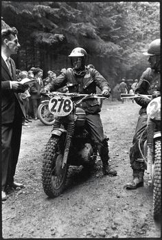 Photo – One of the iconic images of the ISDT #278 Steve McQueen quite unrecognisable has a breather as he reaches a checkpoint in the ISDT 1964 (François Gragnon)