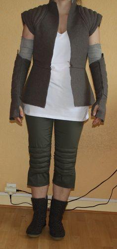 Page 1 sur 2 - Rey 2 - posté dans Vos Costumes : Jai pas pu mempêcher ! Trop envie de faire cette tenue ! Voilà la bonne avancée du projet : Composition du costume : - le haut : un t-shirt blanc de grossesse modifié - pantalon : pas encore sûre de la couleur mais cest ce qui me semble le plus proche, je lai modifié aussi. Cétait un pantalon, les bas je les ai découpés et recousus pour faire les renforts au niveau des genoux. - la veste : l...