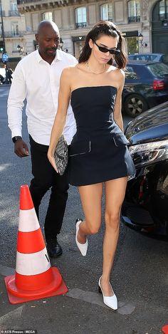 Kendall Jenner peels off her boxy blazer to unveil daring mi.- Kendall Jenner peels off her boxy blazer to unveil daring mini dress Kendall Jenner peels off boxy blazer to unveil mini dress at PFW Kendall Jenner Outfits, Kendall Jenner Mode, Fashion Sites, Fashion Outfits, New York Fashion Week 2018, Walks In London, Kardashian Style, Celebrity Outfits, Blazer