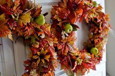 #Herfstkrans van #bladeren, #bloemen en #appels. #Kleurrijke decoratie voor in de #herfst. #colors #wrench #leaves #autumn #flowers