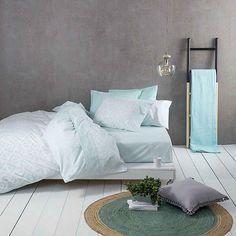 Προσθέστε όμορφες πινελιές στον προσωπικό σας χώρο επιλέγοντας το σετ σεντόνια Segio Aqua. Το σετ από μοντέρνα σεντόνια αποτελεί μοναδική λύση για να διακοσμήσετε τον προσωπικό σας χώρο. Δημιουργήστε ένα ανανεωμένο δωμάτιο με φρέσκα σχέδια και χρώματα που θα σας ενθουσιάσουν. Bed, Furniture, Home Decor, Decoration Home, Stream Bed, Room Decor, Home Furnishings, Beds, Home Interior Design
