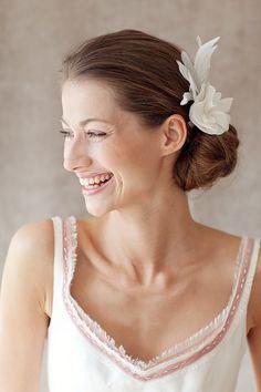 Schlicht aber schöner Brautschmuck. Fascinator, Wedding Inspiration, Bride, Wedding Dresses, Hair, Accessories, Jewelry, Beauty, Fashion
