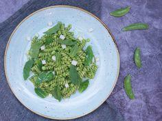 Připravte si skvělé těstoviny se špenátovým pestem, mladým hráškem a mátou podle šéfkuchaře Jana Kaplana. Recept na blogu Oh My Chef. I Chef, Fusilli, Penne, Spinach, Vegetables, Food, Meal, Veggies, Essen