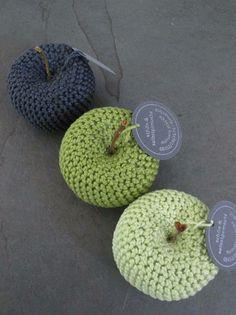 Fruchtige Wohndeko: Gehäkelte Äpfel in verschiedenen Farben / cute home decor: crocheted apples made by schön & selbstgemach via DaWanda.com