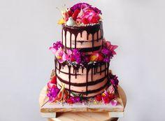 Zweistöckige Torte mit Schokolade und Blumen verzieren