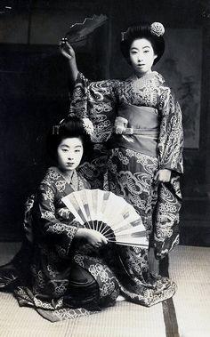 shewhoworshipscarlin:  Dancers, 1920s, Japan.