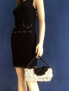 Bolso de fiesta realizado con pistilos perlados y flores de raso negras .