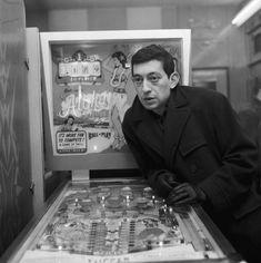 Serge Gainsbourg devant le flipper Aloha - Paris - 1963 © Copyright Roger Kasparian