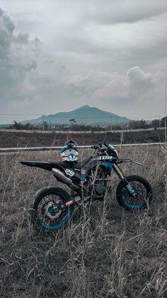 Trail Motorcycle, Motorcross Bike, Moto Bike, Motorcycle Style, Ktm Dirt Bikes, Dirt Bike Helmets, Cool Dirt Bikes, Image Moto, Moto Wallpapers