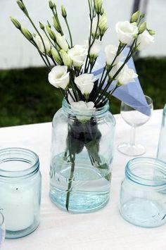 Pynte til fest? Ikke noe problem. Bare vask et par Norgesglas og invester i noen skikkelig lekre blomster og kubbelys. (Av Myriam)