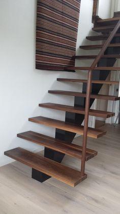 Midtvangetrapp med trinn i valnøtt Railings, Attic, House Ideas, New Homes, Stairs, Cabin, Architecture, Design, Home Decor