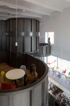 Für den Umgang mit Bestandsbauten gibt es verschiedene Konzepte, die von sensibel bis radikal alles dazwischen einschließen. CHYBIK + KRISTOF ARCHITECTS stellen für ihr House of Wine im mährischen Znojmo zwei gegensätzliche Ansätze einander gegenüber und bieten Weinliebhabern dadurch ein eindrucksvolles Raumerlebnis.   Foto: Alex Shoots Buildings Bar Interior, Interior And Exterior, Cubes, Gothic, Tasting Room, Contemporary Architecture, Urban Design, Exterior Design, Planes