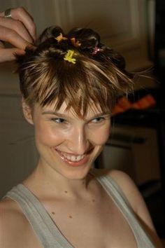 Sculpter la coiffure - Coiffures, relooking, Modèle de coiffure, idées de coupes de cheveux, photo de coiffures - Remontez bien l'ensemble de la chevelure. Travaillez au gel quelques mèches qui forment la frange pour les sculpter et leur donner une forme.