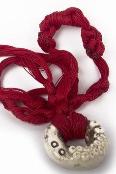 Collar en Hilos Grueso Rojo - Las piezas de Koskatl son únicas ya que no están realizadas bajo ningún tipo de molde y su proceso es 100% artesanal, esta pieza está montada en hilo encerado brasileño.   $319.00