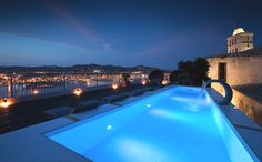 Would love to swim in this at night! #luxuryliving #luxuryhomes #luxuryhomedesign #outdoorpool #amazing