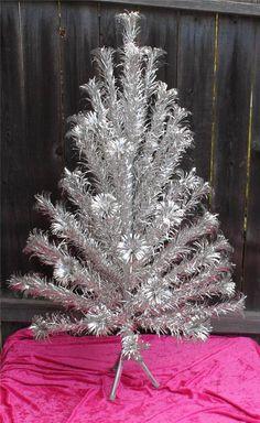 Vintage Aluminum Pom Pom Christmas Tree 4' 58 Branches Evergleam | eBay. Na minha casa tinha uma dessas.♥