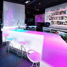 Diseño y vanguardia para el pub Tobba de Cádiz, gracias al uso de Krion, la solid surface de Systempool.