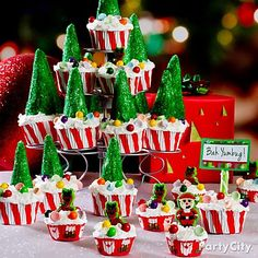 We <3 Christmas cupcakes! These clever tree cupcakes are made with ice cream cones + frosting + sugar sprinkles-n-candy. Click for more YUM ideas!