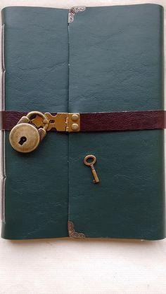 Caderno ou diário feito à mão com costura artesanal Longstitch. <br>Couro sintético verde escuro com mini cadeado., tira marrom escuro <br>- 100 folhas (200 páginas)sem pautas <br>Mini Cadeado e chave em ouro velho <br>Aceito encomendas em outras cores.