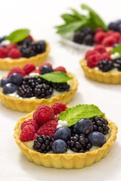 Tartaletas de crema y frutas del bosque These surprisingly simple four-ingredient beauties made with pie crust will be a hit anywhere you serve them. Tart Recipes, Sweet Recipes, Dessert Recipes, Cooking Recipes, Sweet Desserts, Vegan Desserts, Mini Cakes, Cupcake Cakes, Rodjendanske Torte