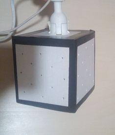 Hello hello, aujourd'hui petit DIY lampe à l'aide de carton :) Je vous met le patron pour les dimensions et découpes ICI Une fois que vous avez découpé votre carton pliez le suivant ce petit dessin.  Ça devrai ressembler à un cube avec une face manquante et un trou sur la face opposée. Fixez…