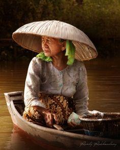 Floating market vendor in Kalimantan, Indonesia Bali Floating Leaf Eco-Retreat. http://balifloatingleaf.com/