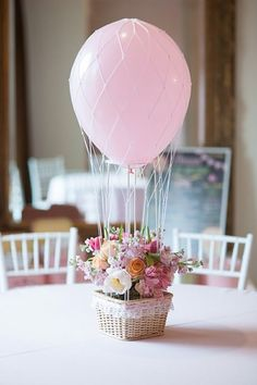 Zarte Blumendeko in einem kleinen Heißluftballon präsentiert
