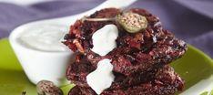 Punajuuri-kaprispihvit ja sinihomejuustokastike Cookies, Chocolate, Meat, Desserts, Food, Crack Crackers, Tailgate Desserts, Deserts, Biscuits
