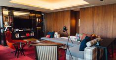 日本初進出となるハイアットのライフスタイルブランドホテル「ハイアット セントリック 銀座 東京」が、22日の開業に先駆けて報道陣に公開された。朝日新聞社の東京における創業の地に建設していることから、出版印刷業の名残をアートワークやインテリアデザインとして随所に落とし込んでいる。 Park Hotel, Guest Room, Corner Desk, Interior, Furniture, Home Decor, Fashion News, Bali, Corner Table