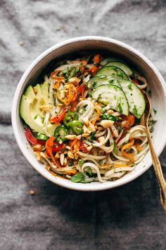 Spring Roll Bowls with Sweet Garlic Lime Sauce Spring Roll Bowls basil mint rice noodles fish sauce brown sugar lime juice and whatever other protein and veggies you have on hand! Easy to make meatless! Source by pinchofyum Vegetarian Recipes, Cooking Recipes, Healthy Recipes, Veggie Asian Recipes, Vegetarian Spring Rolls, Chickpea Recipes, Kale Recipes, Carrot Recipes, Bean Recipes