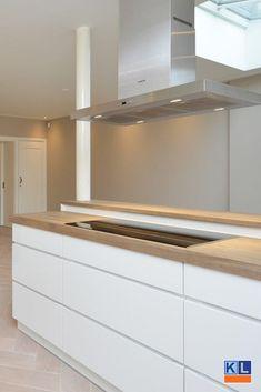 Witte, greeploze keuken met houten werkblad. Kitchen Island, Kitchen Cabinets, New Homes, Stage, Home Decor, Kitchens, Kitchen Contemporary, Island Kitchen, Decoration Home