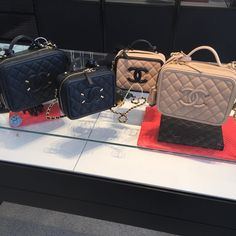 So in love with these Chanel vanity bags. All colours and sizes. Chanel Vanity Case, Vanity Bag, Vanity Cases, Designer Purses And Handbags, Chanel Handbags, Designer Bags, Chanel Boy Bag, Coco Chanel, Chanel Bags