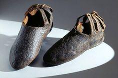 Schuhe (Damen). Eines Bischofs oder Abtes. Schafleder mit Goldpressung. Um 1200. Herkunft: vielleicht Prinzessin Hildegard, vielleicht Zürich (ZH), Fraumünsterabtei. Masse: Höhe 13 cm, Länge 17 cm. (DEP-858) Shoes around 1200, of a bishop or abbot. Sheepskin with gold-pressing. Maybe from princess Hildegard (but it is most likely a man's shoe), Zurich, Fraumünster Abbey. Height 13 cm, length 17 cm.