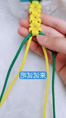flower bracelet - Diy and crafts interests Diy Friendship Bracelets Tutorial, Diy Bracelets Easy, Bracelet Crafts, Flower Bracelet, Friendship Bracelet Patterns, Bracelet Tutorial, Jewelry Crafts, Friendship Crafts, Paracord Bracelets