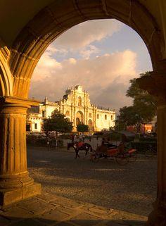 La Catedral en el parque central de Antigua Guatemala