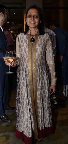 love the outfir, she could use some make up though Anju Modi. love the outfir, she could Kurta Designs Women, Blouse Designs, Ethnic Fashion, Indian Fashion, Indian Dresses, Indian Outfits, Anarkali Patterns, Printed Kurti Designs, Kurta Style