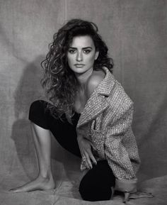 Penelope Cruz lands the February 2019 cover of Marie Claire US. Captured by Nico Bustos, the Spanish actress wears a pink Chanel tweed jacket and glittery ring. Beautiful Celebrities, Gorgeous Women, Beautiful People, Penelope Cruze, Spanish Actress, Madrid, Javier Bardem, Marie Claire, Editorial Fashion