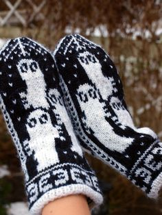 Bilderesultat for moomin knitting pattern Knitted Mittens Pattern, Knit Mittens, Knitted Gloves, Knitting Socks, Knitting Patterns, Scarf Patterns, Knitting Tutorials, Knit Cowl, Finger Knitting