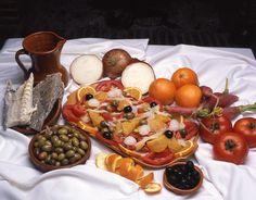 "Durante el verano, ¡nada mejor que refrescarse con una típica ensalada malagueña! / During summer, don't forget to try an ""ensalada malagueña""! (a typical salad from Málaga)"