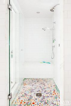 Vibrant Cottage Decor with Floral Flair: House Tour. floral shower tile farbe Vibrant Cottage Decor with Floral Flair: House Tour Bad Inspiration, Bathroom Inspiration, Beautiful Bathrooms, Home Decor Accessories, Cheap Home Decor, My Dream Home, Home Remodeling, House Styles, Santa Monica