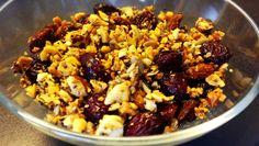 Müsli auf Paleo Art: Ohne Zucker und Getreide. Nüsse, Samen, Kerne und Kokosflocken bilden die Basis für das gesündeste Müsli aller Zeiten!