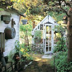 serre de jardin en pierre et bois peint en blanc